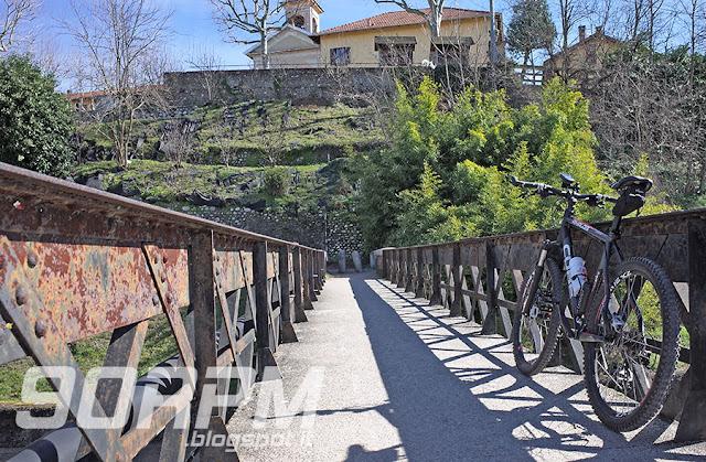 Spesso il canale Villoresi è attraversato da piccoli ponti che collegano le due sponde. Qui ci troviamo a Tornavento: davanti e un po' più in su, si intravede la chiesa della famosa piazzetta.
