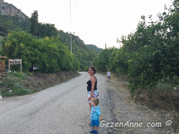 Azra villas'ın önünden geçen yol genelde sadece akşam üstleri Yanartaş'a gidenler tarafında kullanıldığı için genel olarak sakin ve boş oluyor, Çıralı Antalya