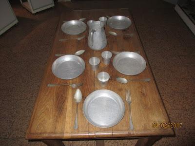 Couverts en aluminium utilisés dans les cantines, réputés incassables... mais cabossables ! (collection musée)