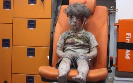 Το βλέμμα του μικρού Ομράν από τη Συρία που μας στοιχειώνει όλους! (Βίντεο)