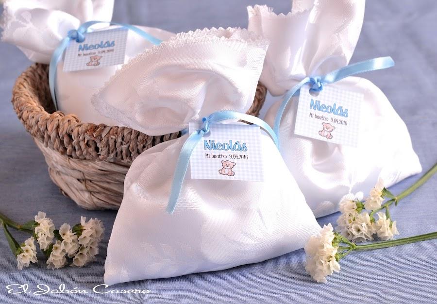 detalles bautizos bolsitas perfumadas en blanco y azul