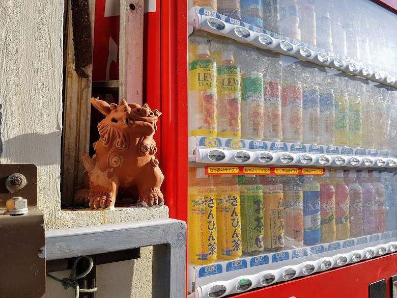自動販賣機旁也能找到風獅爺