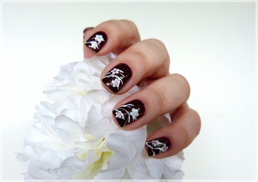 blumiges Nageldesign mit stickern