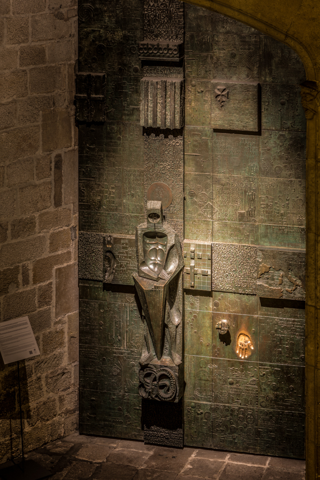 Puerta de Sant Jordi, de Subirachs :: Canon EOS5D MkIII | ISO100 | Canon 24-105@105mm | f/11 | 13s (trípode)