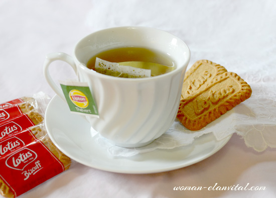 LOTUS BISCOFF BISCUITS WITH TEA