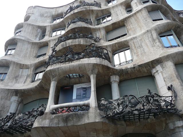 Дом Мила (Casa Mila) по проекту Антонио Гауди в Барселоне