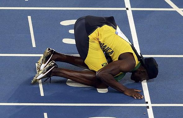 Usain Bolt agradece a la pista de atletismo