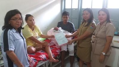 Penyerahan Dokumen Kependudukan Bayi yang baru lahir oleh Disdukcapil Mitra kepada Orang Tua si Bayi yang baru lahir.