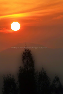 Sunrise di Puncak Posong dengan background Gunung Sumbing.