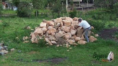Bizzarri fazendo o que gosta, garimpando pedras na pedreira. Na foto procurando pedra moledo sendo pedra de cor bege. Pedra para revestimento de pedra, pedras para muro, pedras para parede, pedras para paisagismo e pedras para lagos ornamentais.