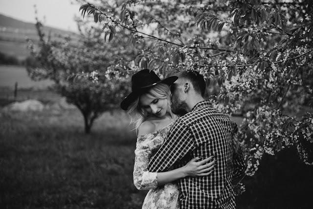 Romantyczna sesja narzeczeńska wśród drzew. Prześwietlone Odbitki