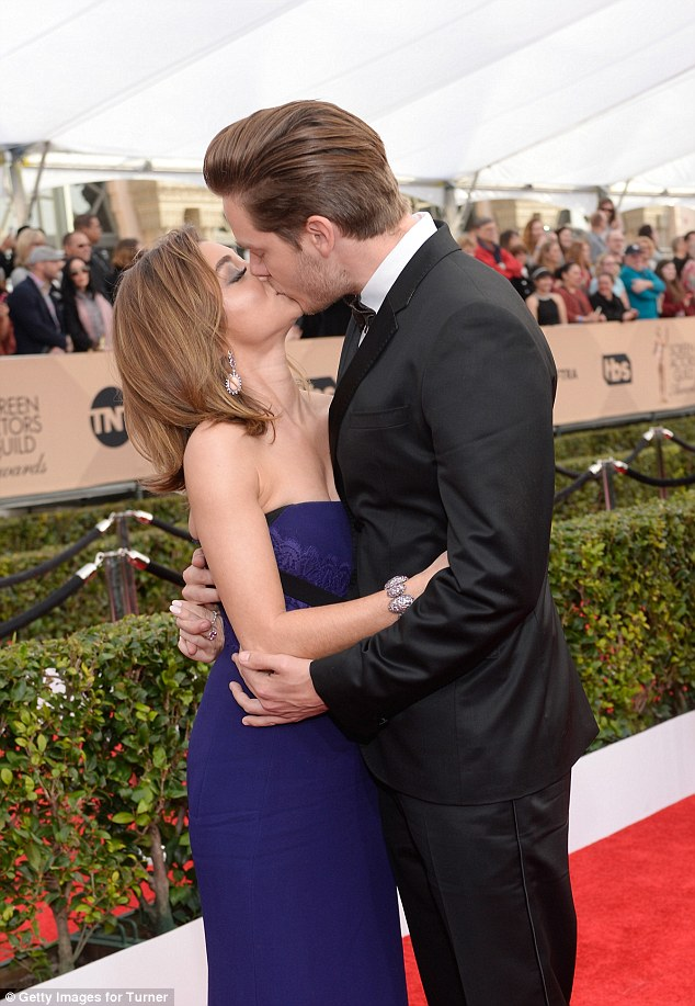 Sarah Hyland shares a kiss with boyfriend at the SAG Awards 2016
