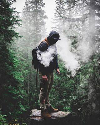 hombre en el bosque con humo