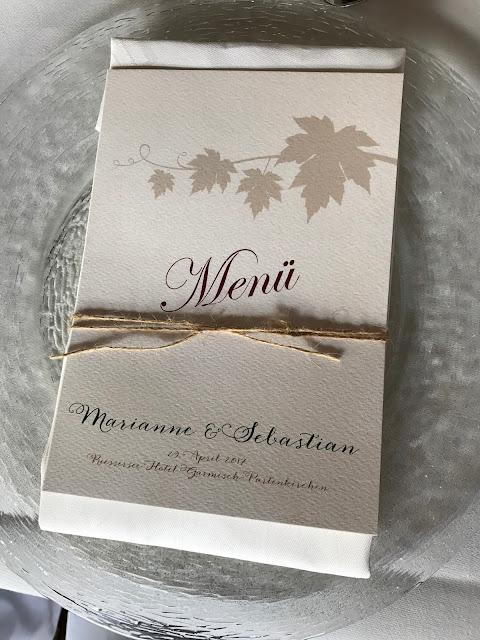 Menükarten, Monaco di Bavaria wine shades and wood grains, Hochzeitsmotto, heiraten 2017 im Riessersee Hotel Garmisch-Partenkirchen, Bayern, wedding venue, dunkelrot, dunkelgrün, Weinthema