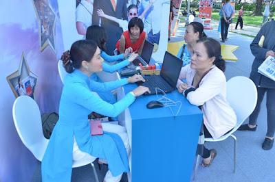 Nhiều khách hàng đến tham quan, quan tâm về các sản phẩm của Vietnam Airlines - Jetstar Pacific.