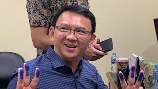 Basuki Tjahaja Purnama berpose tiga jari. - Foto: Dok. Instagram/basukibtp