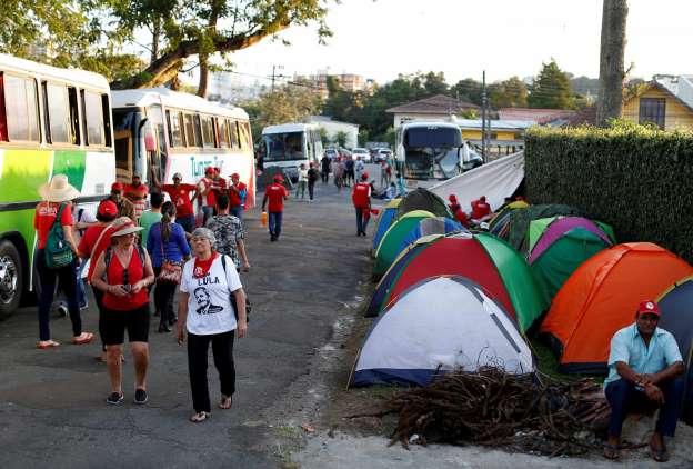 Resultado de imagem para Meio milhão de multa a quem não deixar entorno da prisão de Lula
