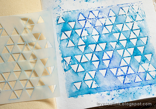 Layers of ink - Stencil and Scribble Sticks Background Tutorial by Anna-Karin Evaldsson. With the SSS Triangle Blast stencil and Dina Wakley Scribble Sticks.