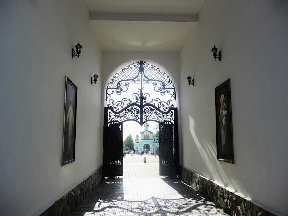 Банчени. Свято-Вознесенський монастир. Дзвіниця. Арка
