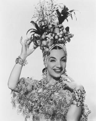 Carmen Miranda e as Frutas na Cabeça