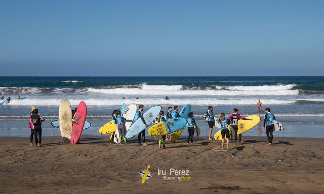 Surfistas en Las Canteras