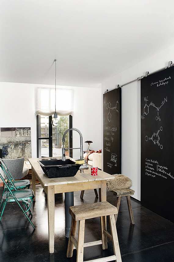 Eclectic loft kitchen. Image via AD Spain