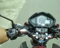 mengendarai motor kopling manual dengan benar