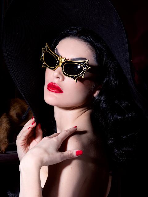 Vampira-óculos-morcego-la-femme-en-noir