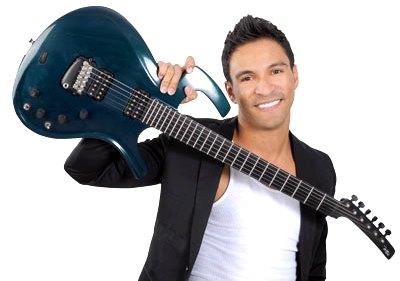 Foto de Pipe Calderón con su guitarra