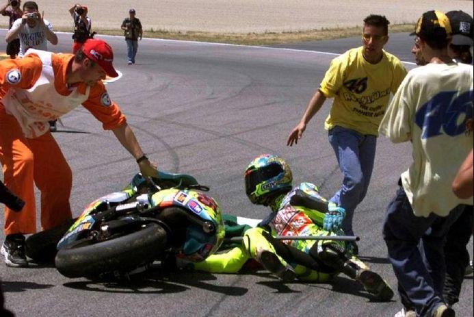 Saat Selebrasi Kemenangan, Valentino Rossi Pernah Tabrak Orang