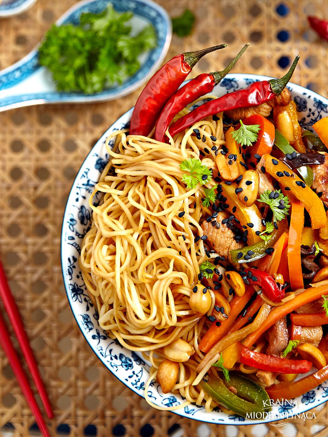 chińszczyzna na ostro, stir fry z mięsem, stir fry z makaronem, stir fry z warzywami, makaron z warzywami, warzywa w sosie sojowym, sos sojowy, makaron chiński, kraina miodem płynąca