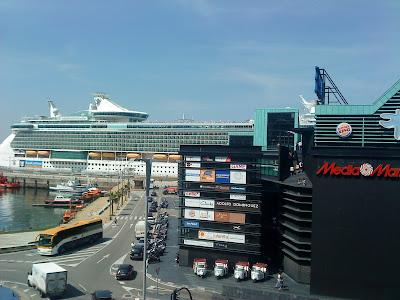 """Le navire de croisière """"Independence of the Seas"""" à quai à côté du centre commercial A Laxe (E.V.Pita, 2012)"""