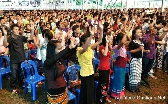 Cristianos en iglesia de Myanmar