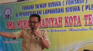 Waka kesiswaan sewaktu mengisi materi penumbuhan budi pekerti dan kewarganegaraan, Drs. Mukhlasin