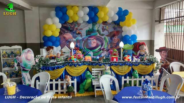 Decoração de aniversário tema Toy Story em mesa tradicional forrada com toalhas de tecido(pano)