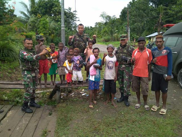 Jalin Kedekatan dengan Masyarakat, Satgas Pamtas Kostrad Anjangsana ke Rumah Warga Papua