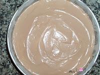 Crema de queso de chocolate con leche en el molde