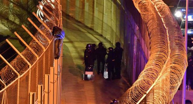 Más de mil migrantes intentan saltar valla fronteriza en España