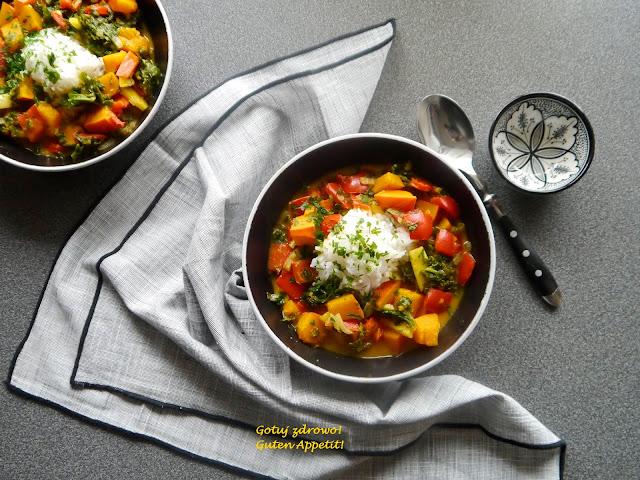 Dyniowe curry z papryką i jarmużem  - Czytaj więcej »