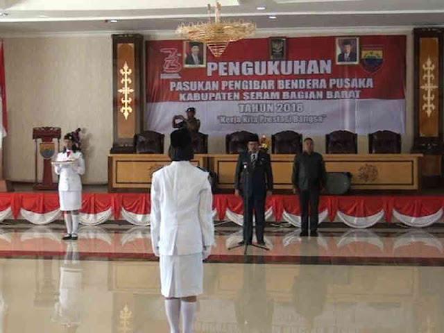 Yasin Payapo Teguhkan Pasukan Paskibraka Tingkat Kabupaten SBB.