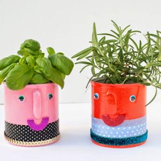 http://www.muyingenioso.com/divertidas-macetas-con-latas-recicladas/