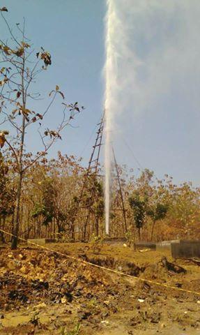 Viral Vidio Air Menyembur Dari Tanah Ke Atas Di Kunduran Blora, Lihat Vidionya. . . .
