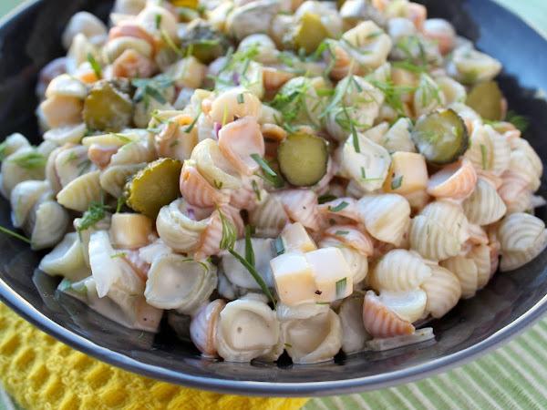 Cocktailkurkku-cheddar-pastasalaatti