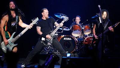 Foto de Metallica cantando y tocando en concierto