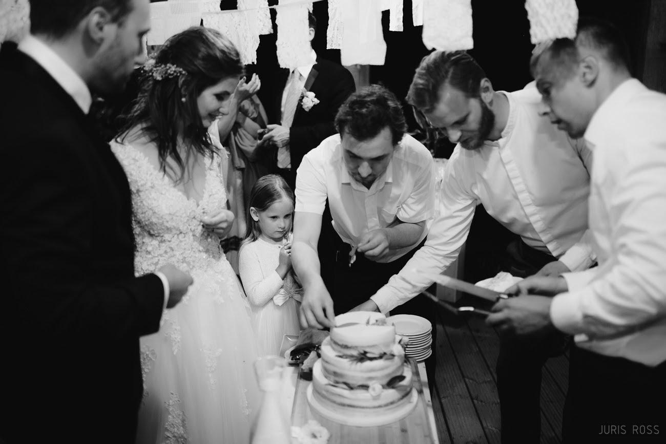 kāzu kūkas griešana
