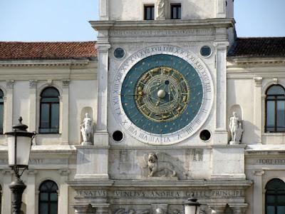 Что-то типа таких астрономических часов хотел сконструировать король, который стал часовщиком