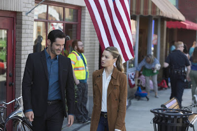Photo of Tom Ellis and Lauren German in Lucifer Season 2
