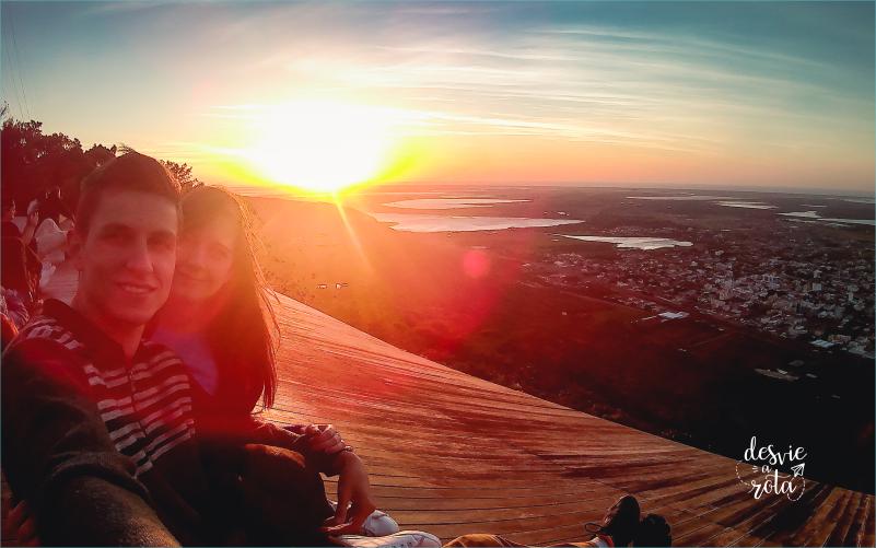 Casal vendo nascer do sol no Morro da Borússia