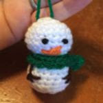 https://translate.google.es/translate?hl=es&sl=en&tl=es&u=http%3A%2F%2Fskeinandhook.blogspot.com.es%2F2015%2F08%2Ffree-crochet-pattern-mini-snowman.html