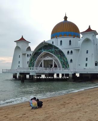 Bermain pasir di Masjid Selat Melaka